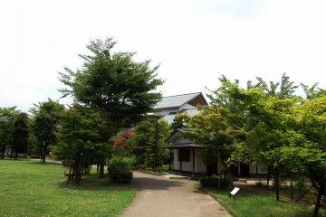 오센스이 공원 산책로 끝에 있는 후쿠이시 역사 박물관을 볼 수 있다