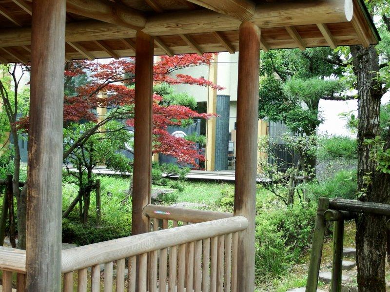 오센스이 공원 작은 정자에 있는 후쿠이 역사박물관의 창문 보기