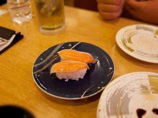 واحدة من قطع السوشي العديدة