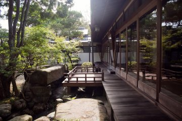 <p>Dentro del parque Yoshikien</p>