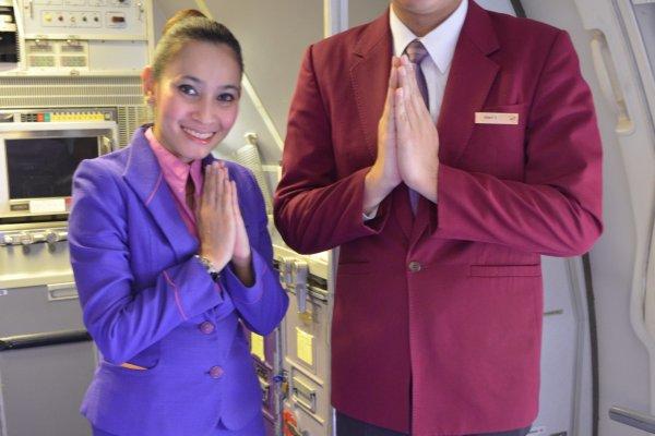 พนักงานต้อนรับบนเที่ยวบินTG644 ยินดีต้อนรับผู้โดยสารทุกท่านด้วยความยินดี