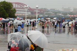 En arrière plan, legrand pontde Kobe qui relie la terreà Port Island, une île artificielle