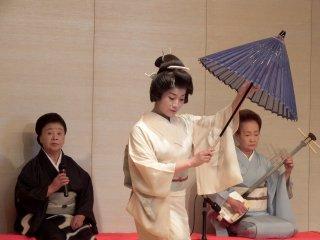 노련한 야마나카 예지, 보탄(왼쪽, 목소리), 노조미(오른쪽, 샤미센)가 음악을 연주했다