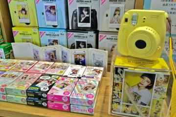 <p>The Fujifilm Instax&nbsp;Mini 8 Camera is so &quot;Kawaii.&quot; Girls will love the instant souvenir photo that&#39;s printed on the playful designed film.</p>