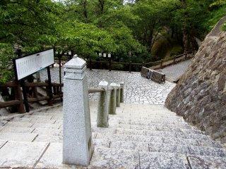 마루오카 성 탑에서 공원에 가기 위해 돌계단을 내려간다