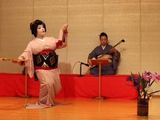 長唄「菖蒲浴衣」を踊るひさ乃芸妓とその母まどかの三味線はぴったりの息の合い方である