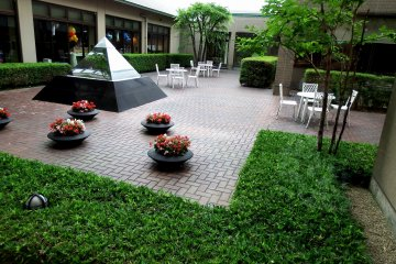 <p>There&#39;s also a western style courtyard in the hotel</p>