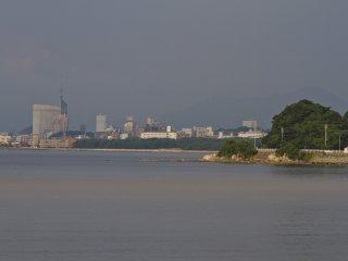 Quang cảnh từ quán cà phê tầng hai dọc qua vịnh Imazu đến tháp Fukuoka