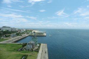 Magifique vue sur les côtes de Honshū et la mer intérieure de Seto depuis le pont