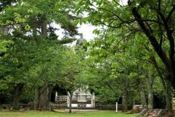 정상에 오르면 녹색잎을 통해 멀리 서 있는 렌뇨의 동상을 볼 수 있다