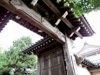 이 문의 이름은 '넨리키 몬'이다. 일본 왕 도요토미 히데요시가 1591년 교토의 혼간지 사원에 기증했다. 1949년, 이것은 16개의 나무 수레에  100명 이상의 신도들의 손에 의해 9일 동안 끌고 교토에서 후쿠이까지   옮겨졌다