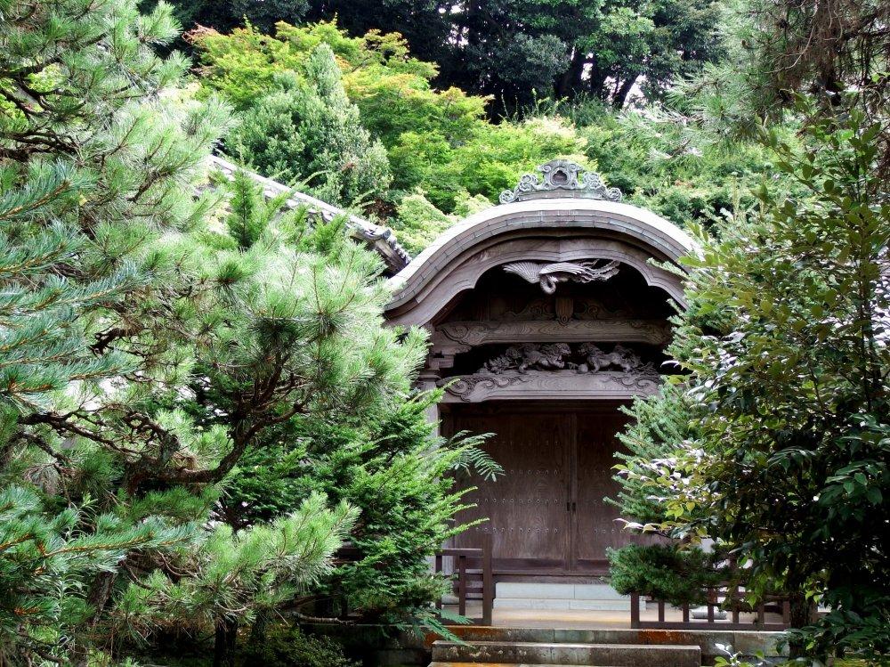 녹색 숲의 사원 건물
