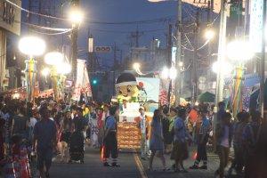 'Yoichikun' coming down the street towards the kanodoro