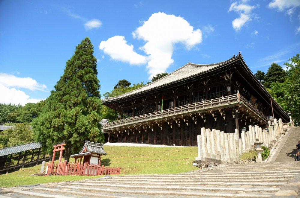 Vue de face sur le bâtiment Nigatsu-dō
