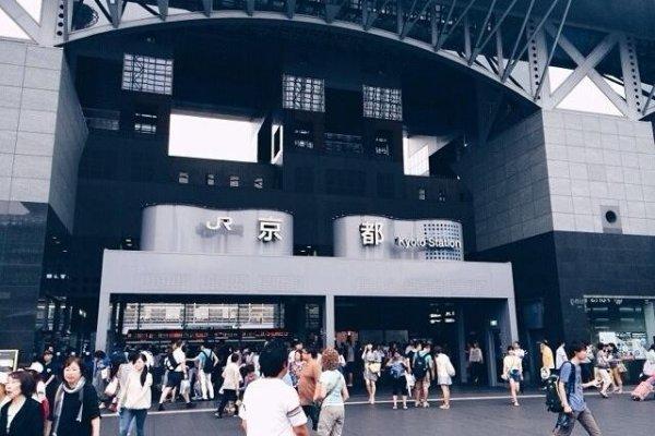 ด้านหน้าสถานีรถไฟเกียวโต ถูกออกแบบโดยโครงสร้างเหล็กทั้งหมด ออกแบบโดยคุณHara Hiroshi ผู้ออกแบบอาคารUmeda Sky Building