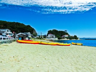 Several boats lined up on the beach near 'Kamoi-ko' (鴨居港)