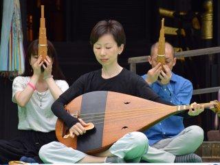 Thật là một phong cách thanh lịch khi chơi nhạc Gagaku! : Sự ấn tượng của biwa (đàn lúy Nhật Bản) và sho (đàn ống thổi bằng miệng)