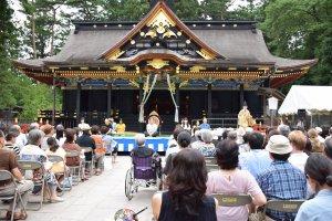 Sân khấu ngoài trời được đặt trước tòa nhà chính của ngôi đền
