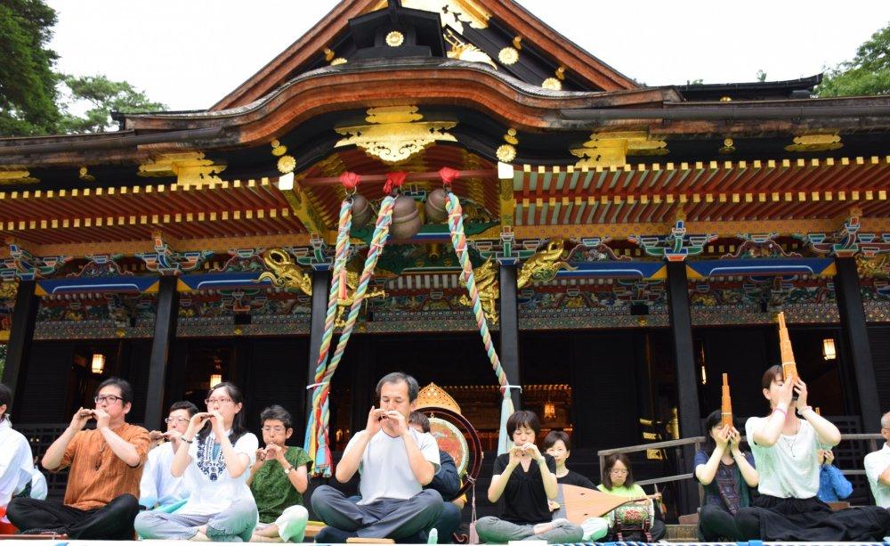 Âm nhạc Gaguku được biểu diễn trong một buổi hòa nhạc ngoài trời tại đền Osaki Hachman ở Sendai