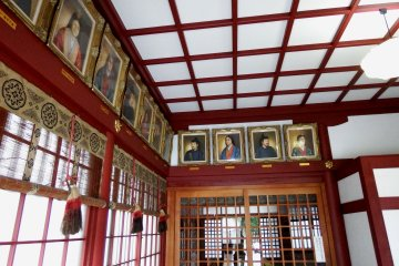 <p>Inside the prayer hall. Portraits of emperors and empresses decorate the walls</p>