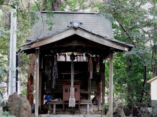 Cái này được gọi là 'Đền Sarutahiko', và nó được xây dựng ở đây vào năm 1775
