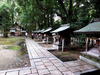 Bên trong 'Kushanomiya (Chín đền)', có chín ngôi đền nhỏ hơn, tương tự xếp hàng
