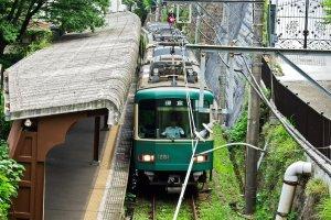 Um comboio saindo da estação de Gokurakuji. Este comboio atravessa a nostálgica e pitorescalinha ferroviária de Enoden.