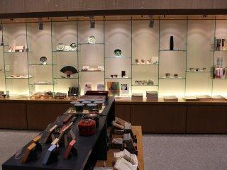 카페 앞에는 뮤지엄샵이 있다. 카나자와 유래의 쿠타니 야키, 카나자와 금박 세공 등, 꽤 수준의 상품 구비