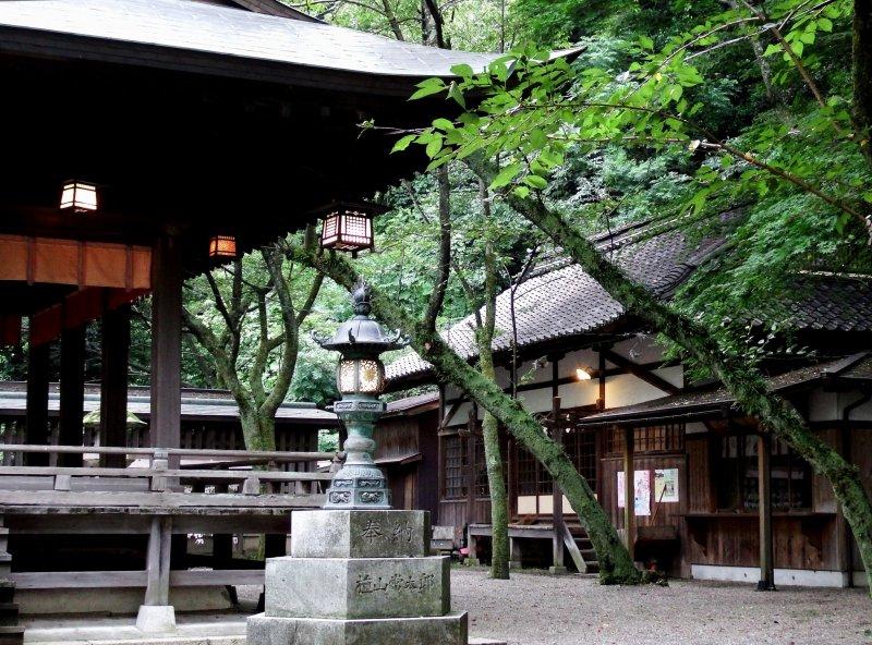 <p>Buildings on the grounds of Kanegasaki Shrine</p>