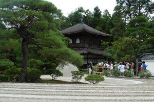 Entre la mer de sable et le Pavillon d'argent, on distingue le Kōgetsudai, ce cône où se reflèterait la lumière de la lune