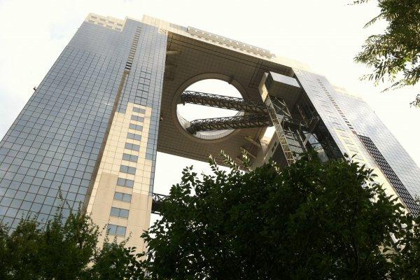 O edifício singular ergue-se imponente entre os demais prédios de Osaka