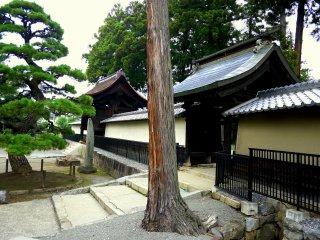 Hai cổng xung quanh một toà nhà