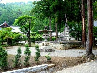 Khu vườn trong đền cực kì yên bình, tĩnh lặng