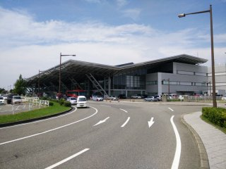 출입국관리국이 오른쪽에 있는 본 터미널 건물