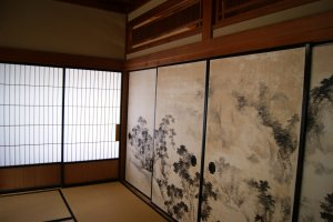 Mengagumi keindahan dinding dengan lukisan