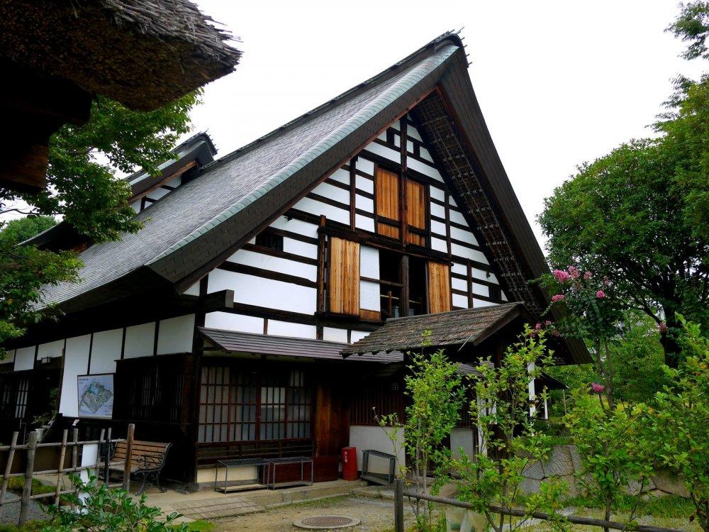 Mặc dù mái nhà không được lợp nhưng kiểu dáng của ngôi nhà giống như một vài ngôi nhà ở Shirakawa-go