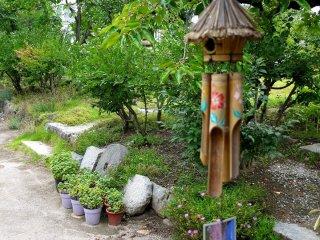 Một chiếc chuông gió làm bằng tre tạo ra những tiếng kêu mê hoặc người nghe