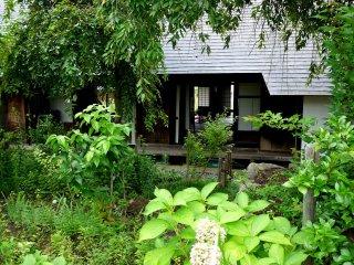Đứng ở vườn nhìn ra phía sau của căn nhà
