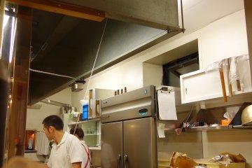 <p>พยายามแอบดูครัว แต่สนใจป้ายข้างบนมากกว่า ร่ายเวทมนต์เหรอ</p>
