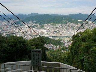 มีรถเคเบิ้ลพาขึ้นเขา Inasa ที่สูง 333 เมตร ขึ้นมาปุ๊บก็เจอวิวนี้เลย