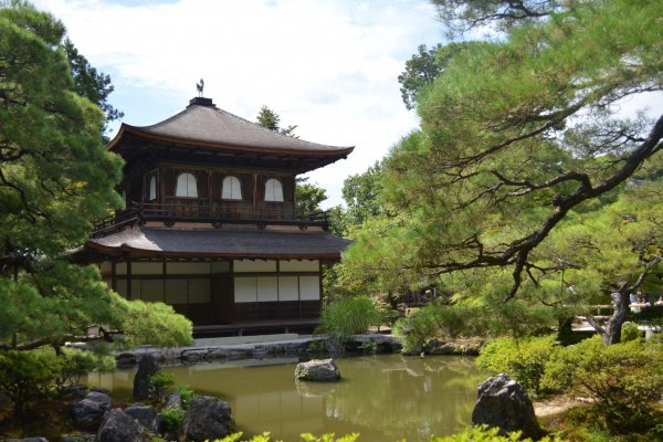 วิหารพลับพลาเงิน สถาปัตยกรรมแบบเซนที่เรียบง่ายตั้งโดดเด่นกลางธรรมชาติแวดล้อมที่งดงาม