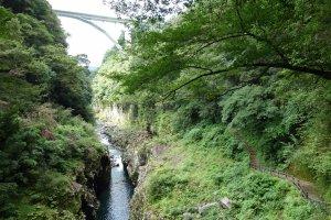 อยากรู้ว่าช่องผานี้ลึกแค่ไหนเงยไปมองที่สะพานได้ แต่อย่าท้อขาเดินขึ้นล่ะ