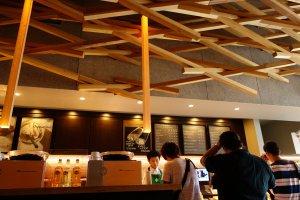 มีแต่ไม้ทั้งร้าน ทั้งผนังและเพดาน แม้แต่ที่เคาน์เตอร์สั่งเครื่องดื่ม
