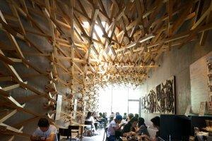แนวใยแมงมุมไม้ทั้งที่ผนังและเพดาน รู้สึกเหมือนโดนโอบล้อมไปด้วยธรรมชาติ