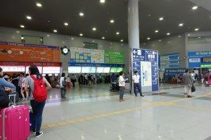 ที่ terminal 1 ของสนามบิน Kansai จะมีจุดเริ่มต้นเดินทางเข้าเมือง ต้องซื้อบัตร Icoca & Haruka ที่นี่นะคะ