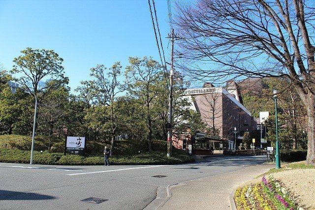 JR야마자키역으로부터 선로 길을 따라 오사카방면으로 도보 5분. 산토리 야마자키 증류소가 보인다