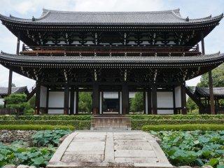 ประตู Sanmon ที่วัด Tofukuji เป็นประตู Sanmon ที่เก่าแก่ที่สุด สร้างเมื่อปี 1425