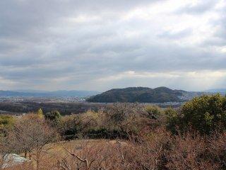 테라스에 나와 보면, 남쪽으로는 카츠라가와, 기즈가와가 아득히 멀리에서 흐르고 있다
