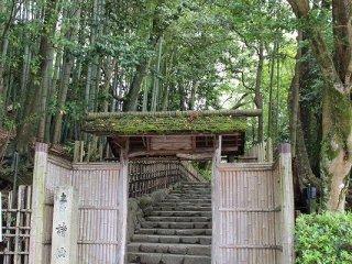 詩仙堂は通称で、正式名は「凸凹窩(おうとつか)」という。起伏のある凸凹の地に建立したという意。この竹やぶを両脇に持つ門は「小有洞」という