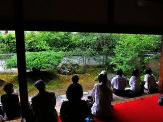 """สวนของวัดมีชื่อว่า สวนแห่งต้นสาละ ดอกสาละที่มีชีวิตสั้นๆ ถูกกล่าวถึงในวรรณกรรมเก่าแก่ที่มีชื่อเสียงของญี่ปุ่น 'เรื่องของเฮเกะ' ไว้ว่า """"เสียงระฆังของกิออน โชะจะ สะท้อนให้เห็นถึงความไม่แน่นอนของทุกสรรพสิ่ง สีสันของดอกสาละบ่งชี้ให้เห็นว่าความเจริญรุ่งเรืองย่อมมีเสื่อมถอย"""""""